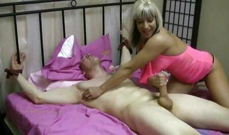 La Rousse montre des seins et lèche un meilleurs films pornos français gode pour la webcam.