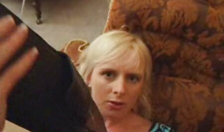 Mère nue satisfait un homme sur le canapé avec video porno amateur français gratuit un fond de porte