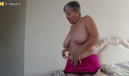 Une chienne adulte avec de gros seins et de la lingerie transparente se rend à un jeune homme film pornographique gay francais dans ce trou.