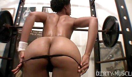 Femme africaine avec les film gratuit porno français Européens dans l'attitude d'une femme du haut de la
