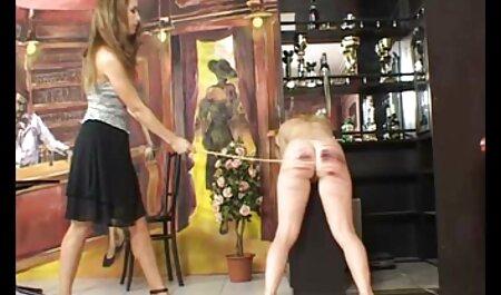Un homme a une femme qui film pirno français nettoie les chaussettes dans la salle de bain.