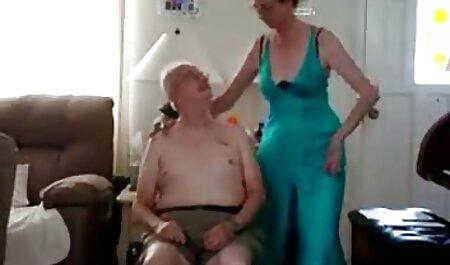 Beauté Blonde posant devant la caméra film streaming porno fr et se déshabiller dans le couloir