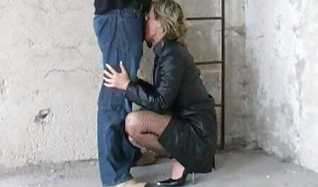 Asiatique en bas noirs baise son vagin avec un film pôrno francais gode gris aux lumières de Noël.