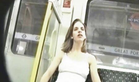 Une Latina porn francais film douce en jupe courte satisfait deux hommes sur le balcon.
