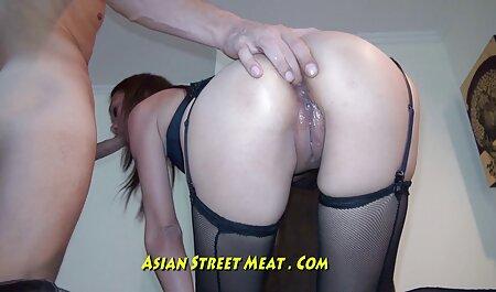 L'opérateur met l'actrice you porn film gratuit montante dans chaque trou.