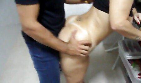 Une fille brune en bas blonds sur un lit de fer satisfait video xxx gay francais un homme de luxure.