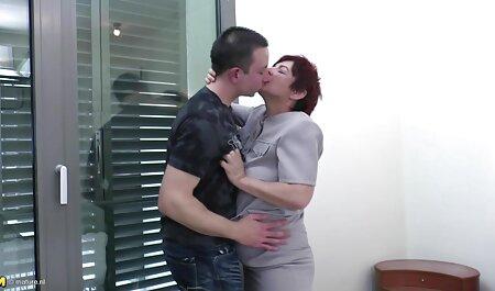 Un homme adulte organise un rendez-vous avec une jeune femme dans un film x français amateur jardin et la bat avec son chapeau sur la table.