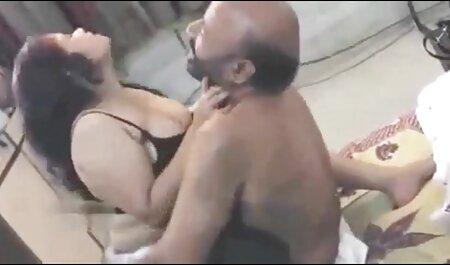 Quelques coups aux fesses d'une femme qui est Grosse avec un tatouage sur le ventre dans la chambre. filme pornographique francais gratuit