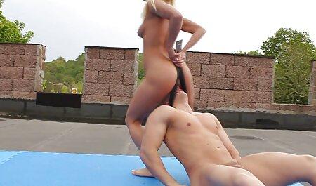Une femme maigre aux cheveux longs a enlevé son pantalon au casting avant d'avoir des relations sexuelles avec un video x gratuit francais homme.