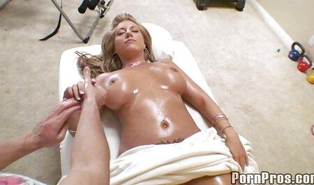 Maman aux gros seins se masturbe pour regarder un film porno français la webcam.