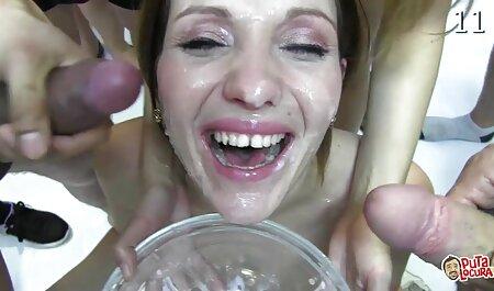 Un homme qui baise deux jeunes blondes dans film porno anal français la salle de bain.