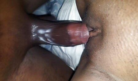 Fille avec de gros film porno gratuit complet en francais seins se masturbe devant la caméra.