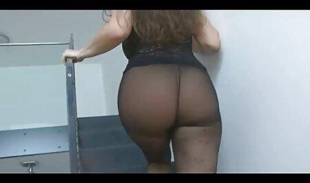 Maman chaude montre des video porno streaming français seins pour la webcam.
