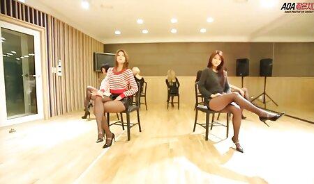 Slim film porno gratuit et français blonde abandonne la masturbation sur une chaise