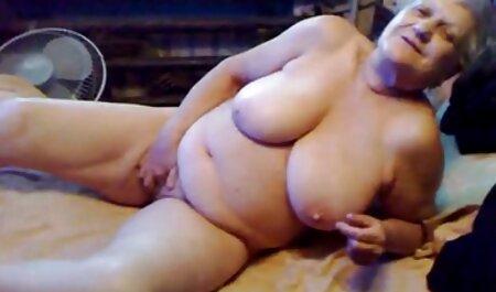 La beauté blonde suce un gode transparent et se masturbe dans la video sexe film francais chambre à coucher.